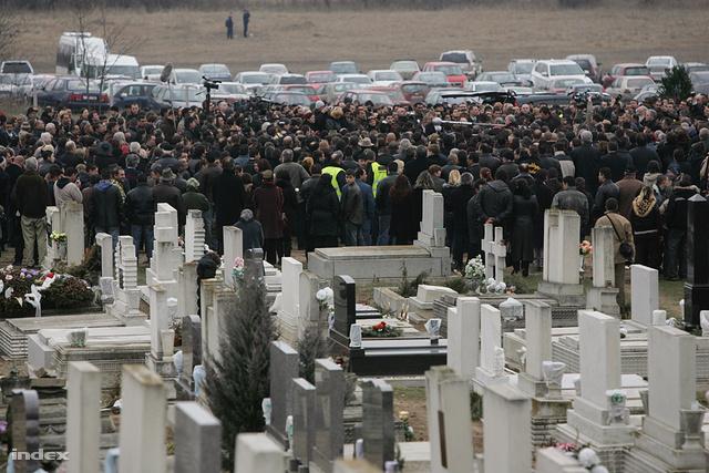 A 27 éves Csorba Róbert és ötéves, Robika nevű kisfiának temetése