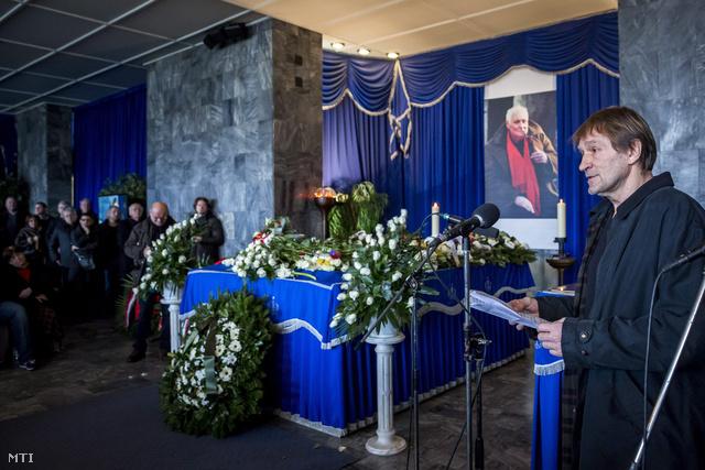 Cserhalmi György színművész beszédet mond a Fiumei úti sírkertben