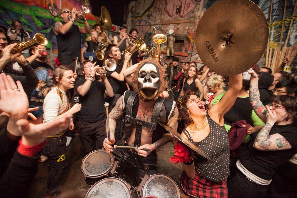 Seelie évek óta rendszeresen fotózza a . Lightning Bolt nevű punkegyüttest, akik azzal tettek szert hírnévre, hogy színpad helyett a közönség soraiban léptek fel, egészen addig, amíg az egyik fellépésük után a hangszereiket sem tudták kimenekíteni az őrjöngő tömegből.