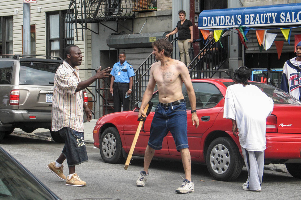 A rendőrséggel való folyamatos összetűzés természetes része ennek az életmódnak, Seelie-nek is ügyelnie kell arra, hogy egy-egy veszélyesebb helyzetet ép bőrrel ússzon meg. Kockáztatni kell, hátha jó kép lesz belőle, mint itt ez az utcai harc East Williamsburgban 2005-ben.