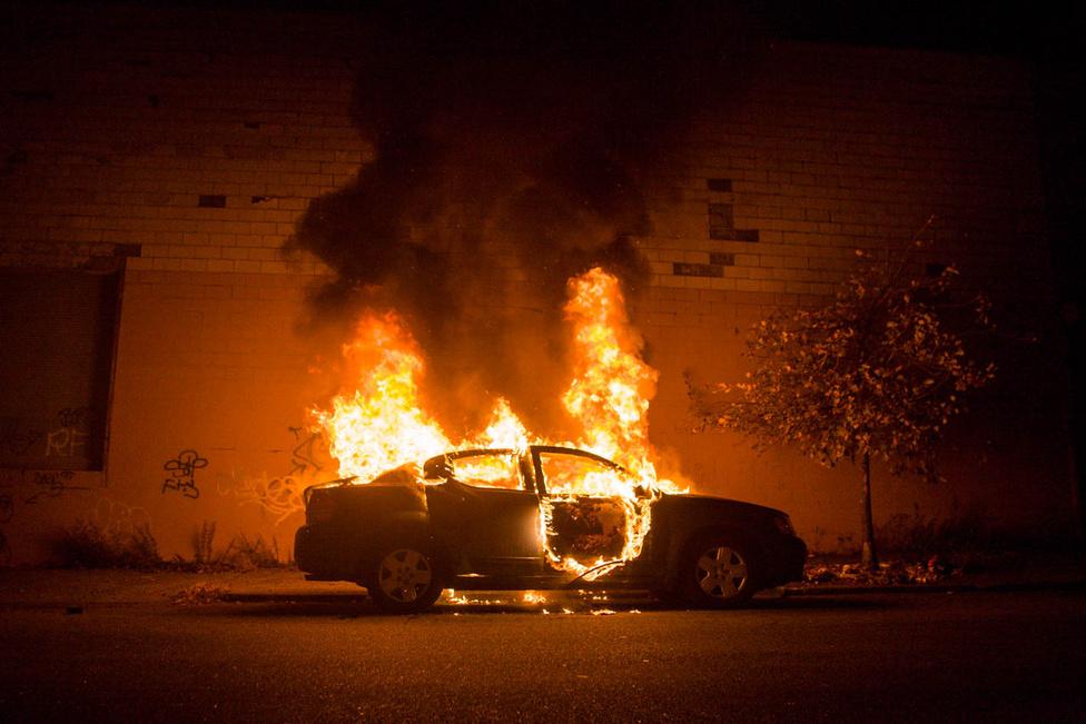 Lángoló autó, szintén a brooklyni Bushwickban, A fotós egyik kedvenc, sokszor hivatkozott képe. Seelie egyébként képein gyakran előkerül tűz, a leglehetetlenebb helyeken is, akár egy cintányér is képes lángra kapni úgy, hogy a dobost ne zavarja fellépés közben.