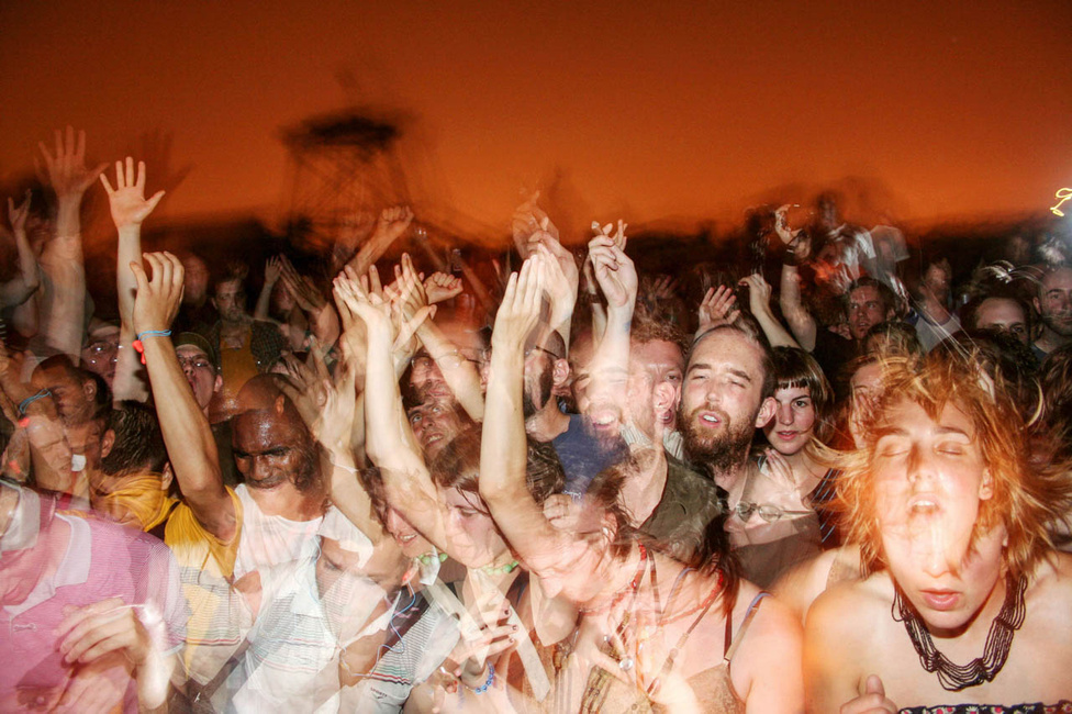 Tomboló tömeg egy bushwicki háztetőn, egy július 4-i ünnepségen. Tod Seelie, akárcsak  fotóinak szereplői, éjszaka ébred és vág neki a New Yorknak. Az ehhez hasonló koncertfotói számára külön oldalt üzemeltet: suckapants.com/