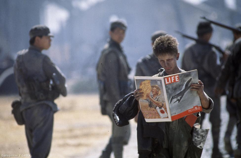 Christian Bale a Life magazin egyik példányát olvassa A Nap birodalmában. Ha kíváncsi arra, hogy miféle képeket nézegethetett Bale, akkor  a cikk után tekintse meg a Life magazin fotósait bemutató sorozatunkat!