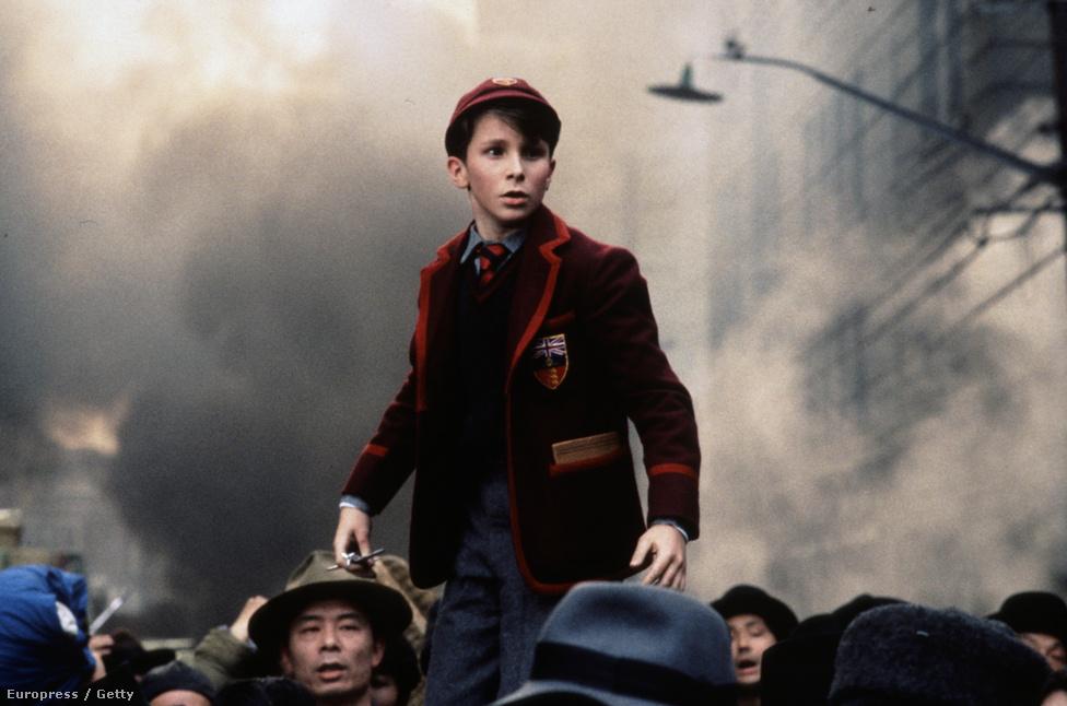 A Nap birodalma című Steven Spielberg-film volt Christian Bale egyik első filmfőszerepe. 13 évesen egy elveszett shanghaji kisfiút alakított a japán megszállás idején. Bale 2011-ben A harcos crackfüggőjéért nyert Oscar-díjat,  akkor csontsoványra fogyott. Idén az Amerikai botrány főszerepéért jelölték, ezúttal sörhasat növesztett és a felismerhetetlenségig elcsúfították. Mindkét filmet David O. Russell rendezte.
