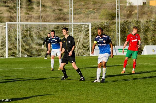 A Strömsgodset edzője (a háttérben kék mezben) is beállt