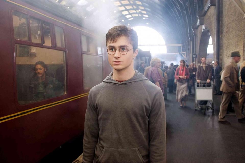 Daniel Radcliffe 12 és 20 éves kora között nyolc Harry Potter-filmet csinált, így lett Anglia egyik leggazdagabb tinédzsere. Ez a fotó a Harry Potter és a Főnix rendje forgatásán készült a híres King's Crosson.