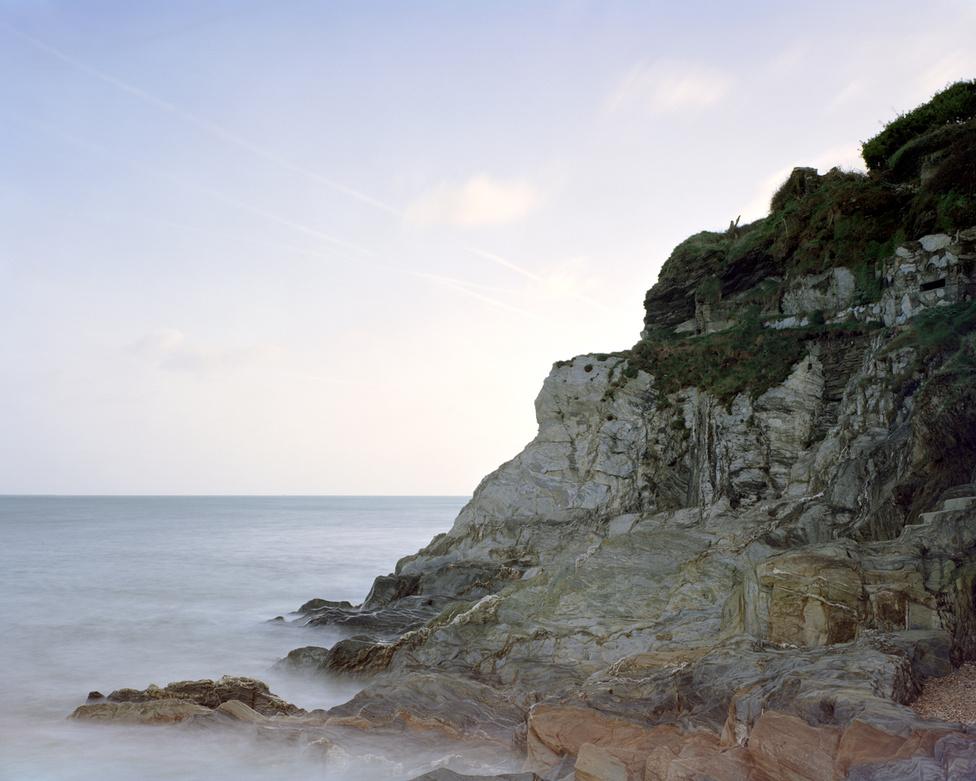 Torcross, Devon, Anglia                         A Torcross-bunker elsősorban a Tigris hadművelet miatt híresült el. Itt támadta meg kilenc német torpedónaszád azt az amerikai hajórajt, ami épp a partraszállási gyakorlatokban vett részt. A környék partszakasza ugyanis szinte teljesen ugyanolyan volt, mint az, ami a katonákat a túlparton, Normandiában várta. Két tankszállító hajó süllyedt el, 749 ember veszett oda, a gyakorlat teljes ideje alatt összesen ezernél is többen haltak meg.