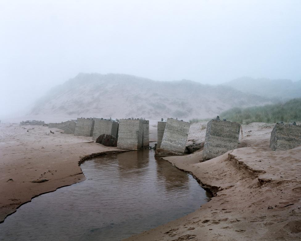 Newburgh I, Aberdeenshire, Skócia                         A skót parti védművek egyike, amit szép lassan elmos az árapály. A környéken még néhány évvel ezelőtt is találtak vízi aknát vagy épp a második világháborúból a környéken maradt szögesdrótot.