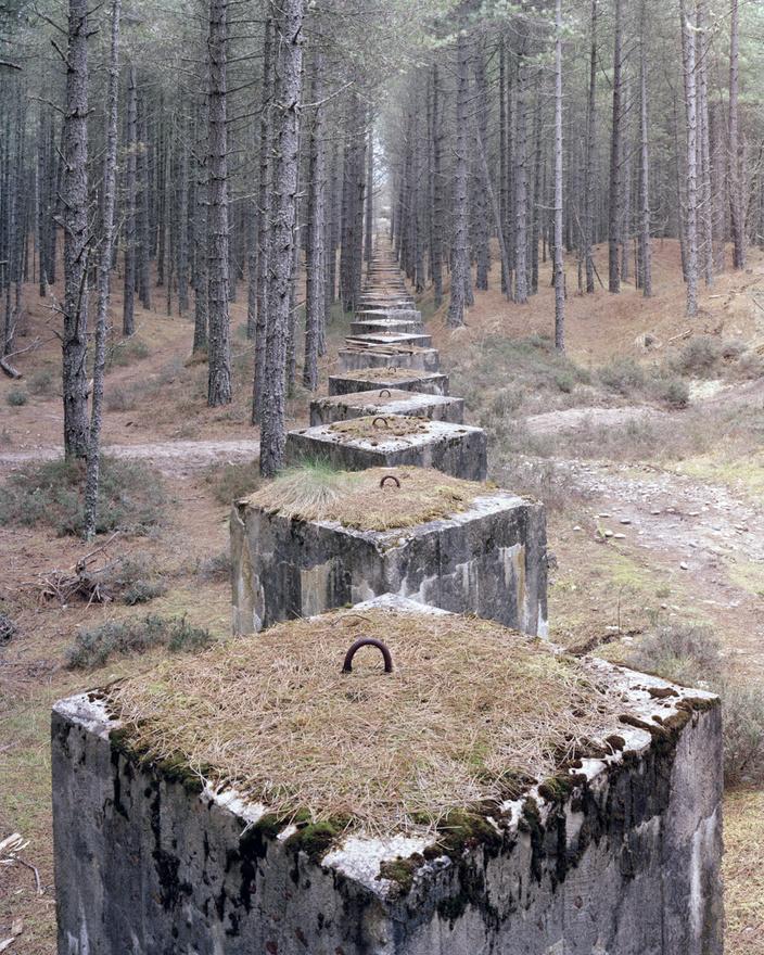 Lossiemouth II, Moray, Skócia.                         Invázió idején jó jöhettek volna ezek a tankakadályok, de 1940-41-es építésük óta egyszer sem látták hasznukat a helybeliek. A szárazföld belsejében felépített katonai objektumok jóval nehezebben tűnnek el, mint tengerparti társaik. A fényképész beszámolója szerint több olyan bunkermaradványt is lefényképezett, ami azóta már teljesen eltűnt, de ezek többségét általában a tenger mossa szét annyira, hogy az emberek már csak a balesetveszélyes maradékokat hordják el.