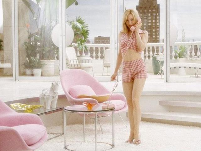 Pasztell rózsaszín fotel-szerűségben szenvedi végig az 50-es években játszódó Pokolba a szerelemmel című filmet Renée Zellweger is a nála sokkal bájosabb Ewan McGregor oldalán.
