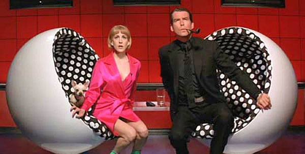 Eero Aarnio üreges formájú 'Ball' névre keresztelt székét képzelte el Tim Burton is 1996-ban forgatott,  B-kategóriás filmek közé sorolható Támad a Mars című filmjéhez.