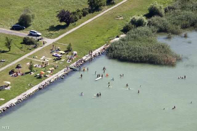 Légi felvétel a Balatonban fürdőzőkről Fonyódnál 2013. július 21-én.
