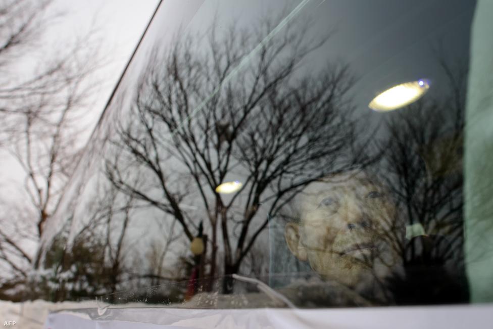 Kim már a buszon, útban az észak-koreai                          kikötőváros, Szokcso felé. A szétszakított családok találkozói a 2000-es Korea-közi                          csúcstalálkozó óta felgyorsultak, összességében 17 ezren ölelhették meg újra régen látott rokonaikat.