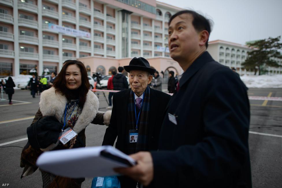 """Kimet és lányát, Kim Jungszunt a buszhoz                          irányítják, ami majd a családegyesítésre                          viszi őket. Tavaly szeptemberben száz család találkozott volna, de a déliek """"konfrontatív                          hozzáállására"""" hivatkozva az északiak                          visszakoztak."""
