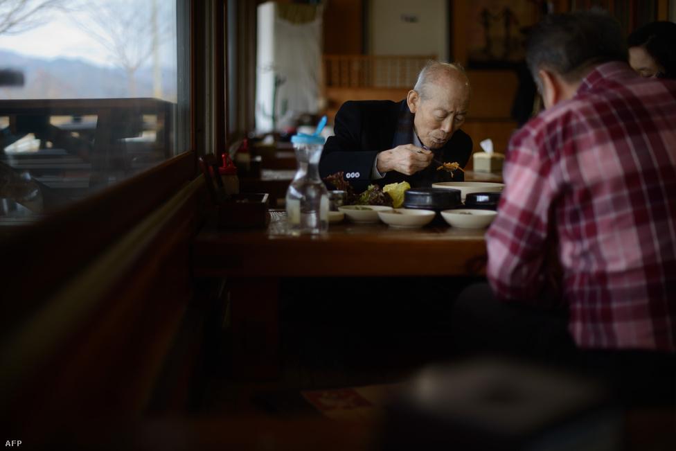 Kimék megálltak ebédelni útban a                          találkozóra. Több tízezren iratkoztak fel                          várólistákra, közülük választották ki azt a                          83 dél-koreait, akik aztán a családegyesítés                          keretében találkozhattak az 1950-53-as koreai                          háború óta nem látott rokonaikkal.
