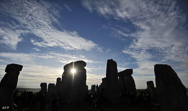 Napfelkelte a Stonehenge mögött