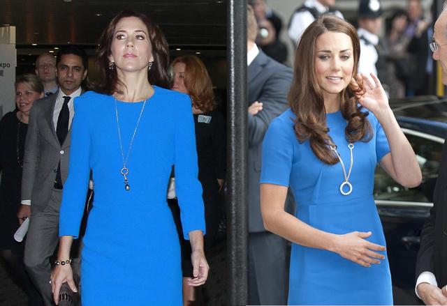 A nyakláncuk is majdnem ugyanolyan! (Mária még mindig Hongkongban, Katalin Londonban, a Nemzeti Portrégalériába menet 2012 júliusában.)