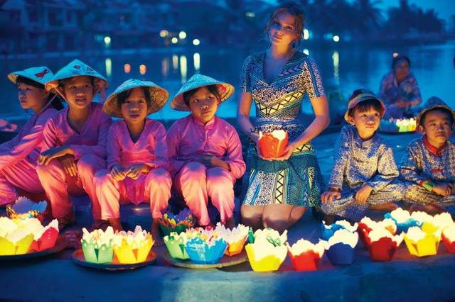 Mihalik gyerekekkel Vietnámban.