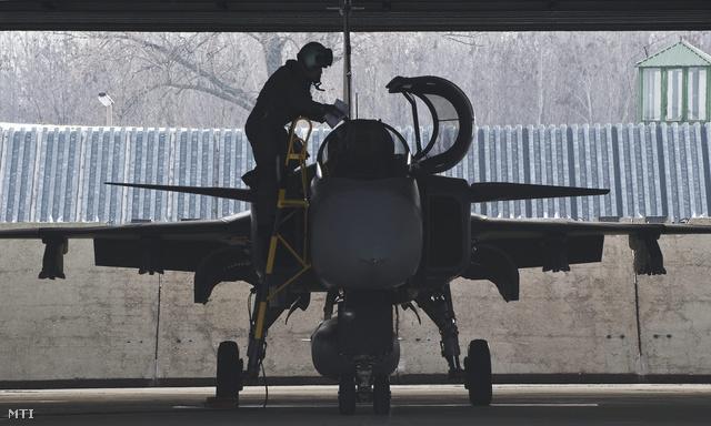 Kecskemét 2012. december 11. Egy pilóta száll be egy JAS-39 vadászrepülőgép pilótafülkéjébe a készenléti riasztás gyakorlati bemutatóján