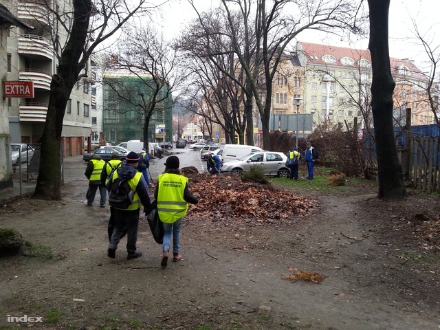 Közmunkások szemetet szednek egy budapesti parkban