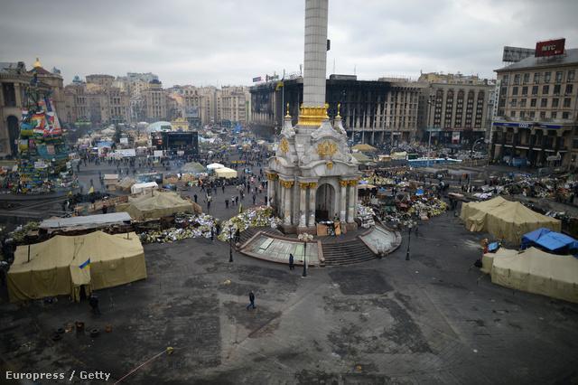 Még mindig állnak a tüntetők sátrai. De a néhány napja még orvlövészekkel fenyegetett tér hangulata érezhetően átalakult.