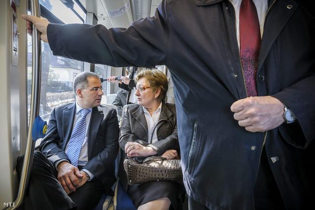Kósa Lajos és Németh Lászlóné utazik az új 2-es villamosvonalon