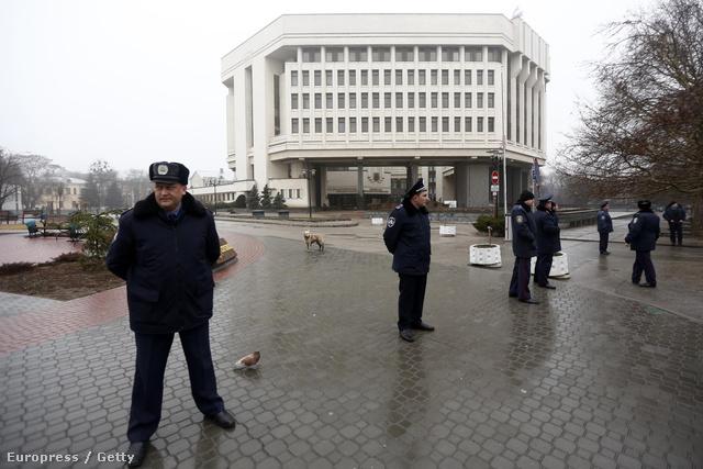 Szimferopolban a rendőrség elzárta a járókelők elől a krími parlament megszállt épületét, ahová a 30 fegyveres már az orosz zászlót is kitűzte.
