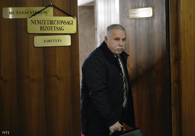 Laborc Sándor a Nemzetbiztonsági Hivatal volt főigazgatója távozik az Országgyűlés nemzetbiztonsági bizottságának a Portik-Laborc találkozókat vizsgáló ténymegállapító albizottsága zárt üléséről a Képviselői Irodaházban 2014. február 18-án.