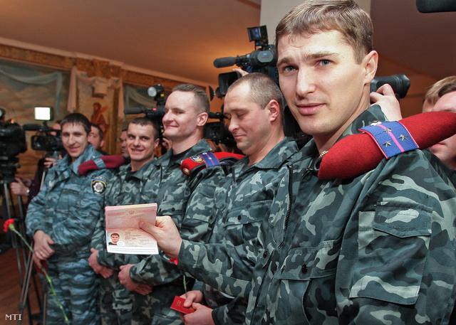 Az új ukrán vezetés által feloszlatott Berkut karhatalmi egység egyik tagja mutatja az Oroszország főkonzulátusa által kiadott új orosz útlevelét.