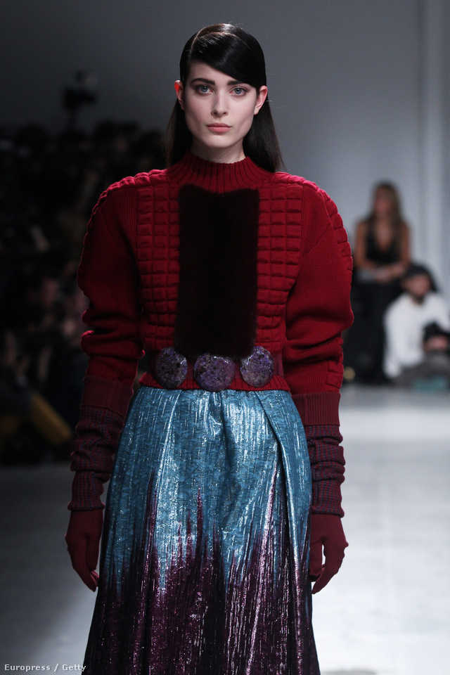 Menő lesz metál színű szoknyát kötött pulóverrel hordani az ősszel.