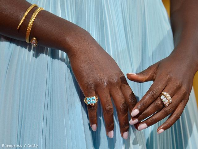 Lupita Nyong'o gondosan manikűrözött keze