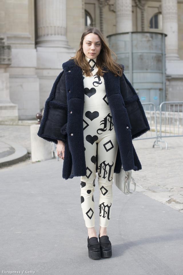 Párizsi divathét: Georgia Pendlebury, szabadúszó stylist a Meat egyik kreációját vette fel. Merész választás.