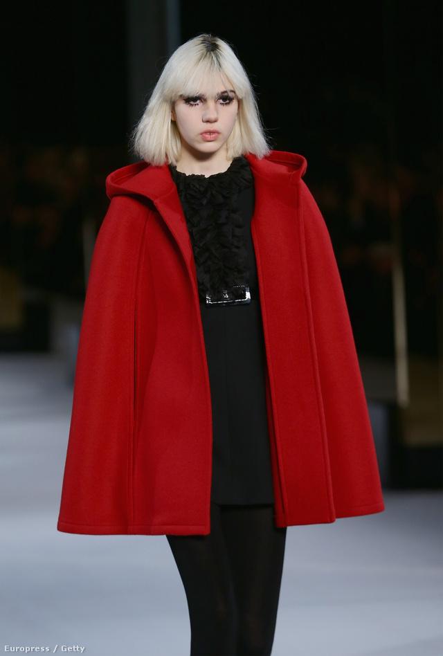 A piros pelerin-kabát is menő lesz a télen.