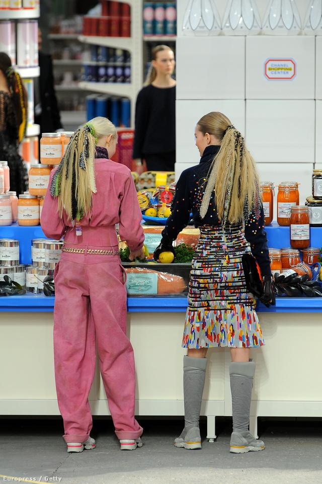 Bevásárlást imitáló modellek a Chanel kifutóján.