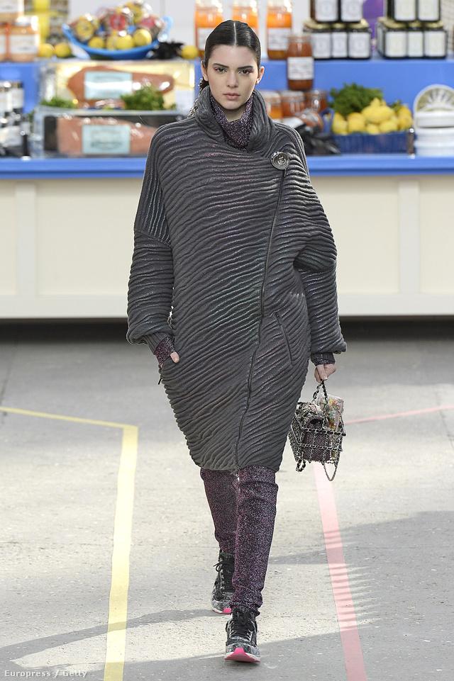 Kendall Jenner bevásárló kosárral a kezében sétált végig a Chanel kifutóján.