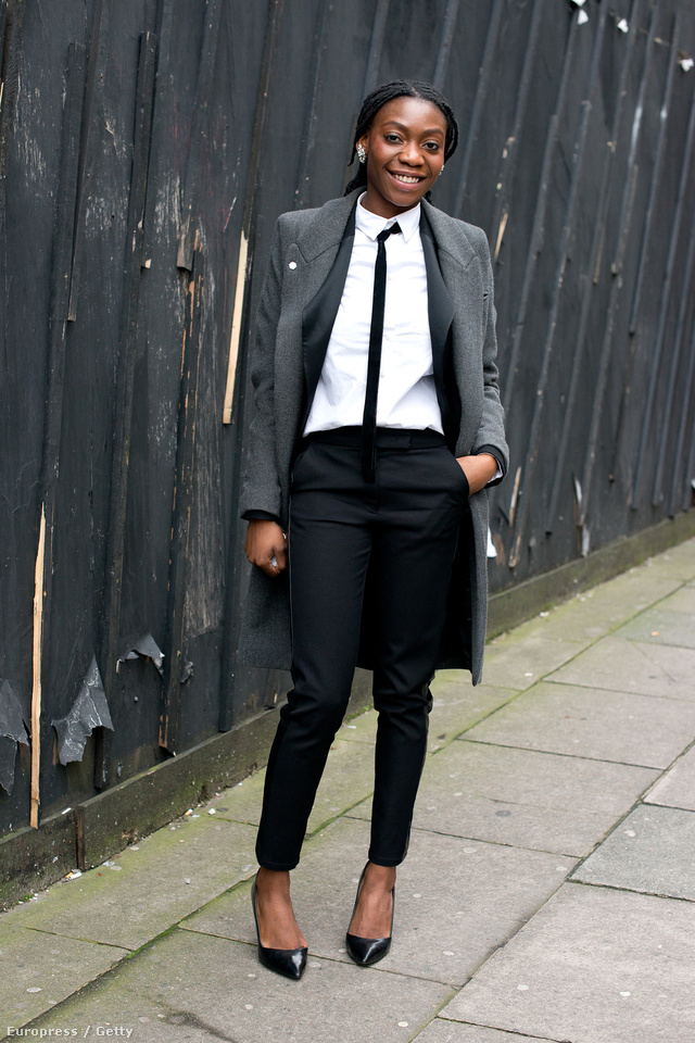 British fashion Council munkatársa,Bola Otesanya tetőtől-talpig Zara kabátban, blézerben ls cipőben pózol a londoni divathéten.
