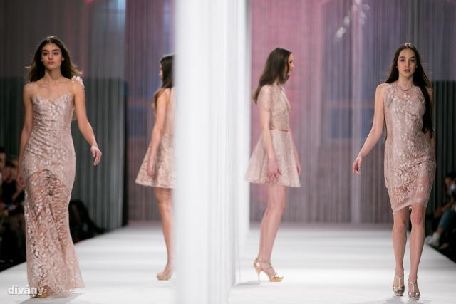 A kifutót középen kettéválasztották, így egyszerre két modellt is láthatott  közönség.