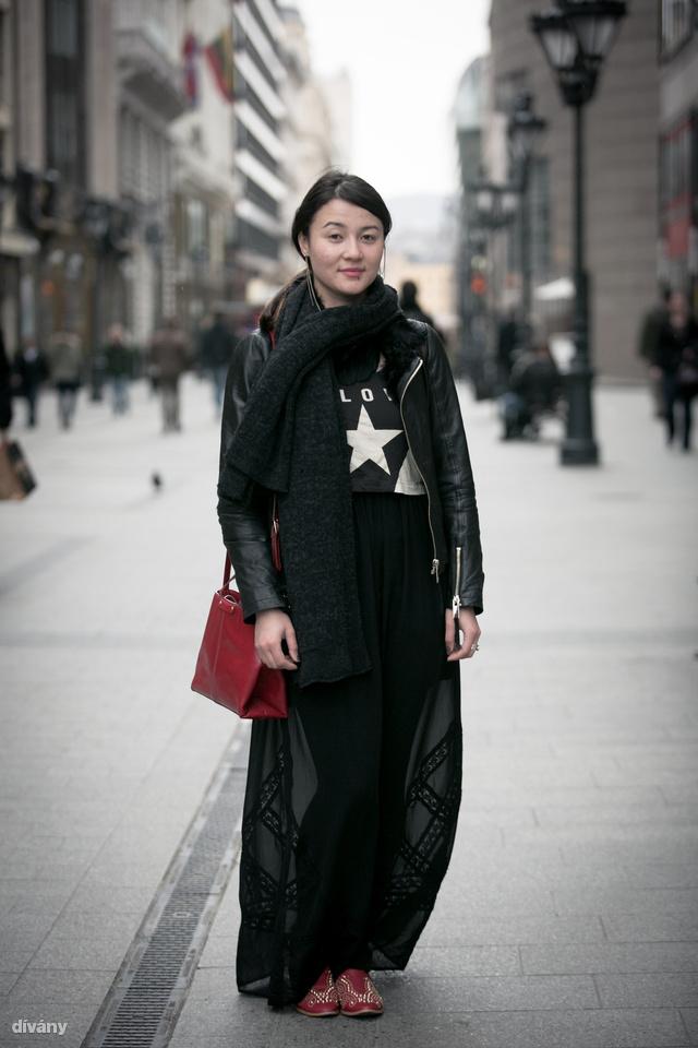 Ono Zara ruhában, Mango oldaltáskával.