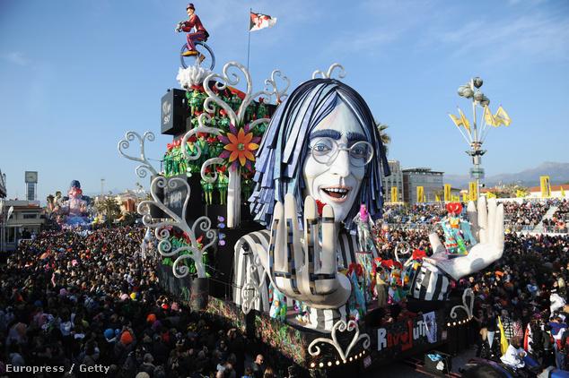 Hippik a láthatáron! John Lennon papírmasé mása is felvonult a 2014-es karneválon