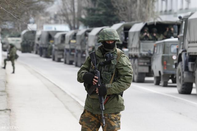 Azonosító nélküli katona egy katonai konvoj előtt a Krím félszigeten