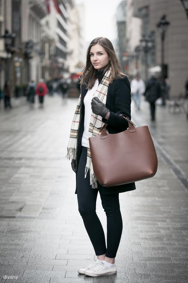 Enikő a Zarában vett táskát, pulcsit, gatyát, kabátot.