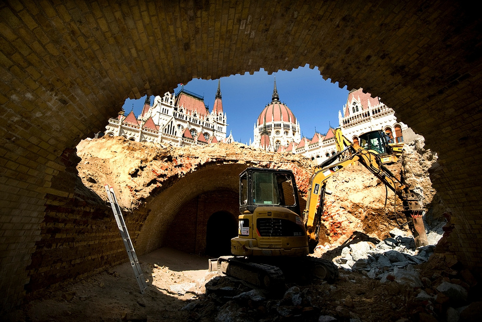 Kibontották a régi szellőzőalagutakat is: az egyikben az '56-os emlékhelyet alakítják ki.  A parlament eredetileg két ilyen föld alatti alagúton, és a a fölöttük lévő szökőkút vizén át kapta a friss levegőt.
