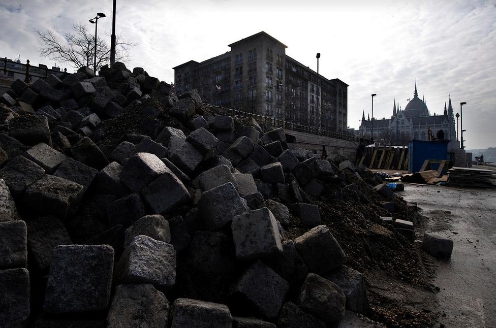 Az építés megkezdése előtt valamennyi környező házat felmérték, hogy nem okoznak-e bennük bármilyen károsodást a munkák. A Parlamentre is szenzorok kerültek, de kiderült, hogy a Duna szintváltozása jobban megmozgatja az épületet, mint a mélygarázs építése.