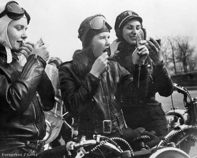 Így sminkel egy női motorosklub. A kép az ötvenes évek elején készült.