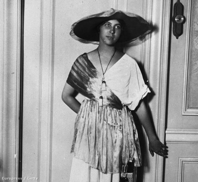 Az 1910-es években a francia Paul Poiret tervezett olyan ruhákat, melyeket fűző nélkül lehetett hordani. Itt épp felesége, Denise Poiret mutat be egy öltözéket 1913-ban.