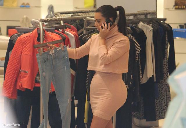 A kortárs ideál: Kim Kardashian, aki a homokóraalakot mesteri szintre fejlesztette - természetesen ki se lép otthonról alakformáló bugyik, haskötők nélkül és sokak szerint feneke sem eredeti.