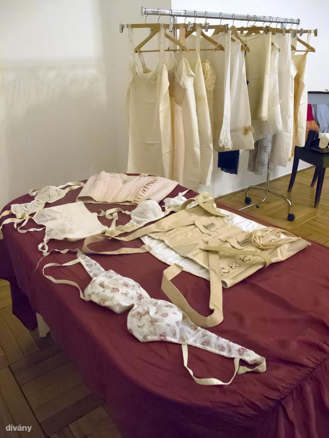 A Kiscelli Múzeumban kiállították pár régi fehérneműt nőnap alkalmából.