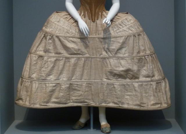 """Az előző szett felsőruházat nélkül, avagy egy """"panier"""" az 1780-as évek környékéről."""