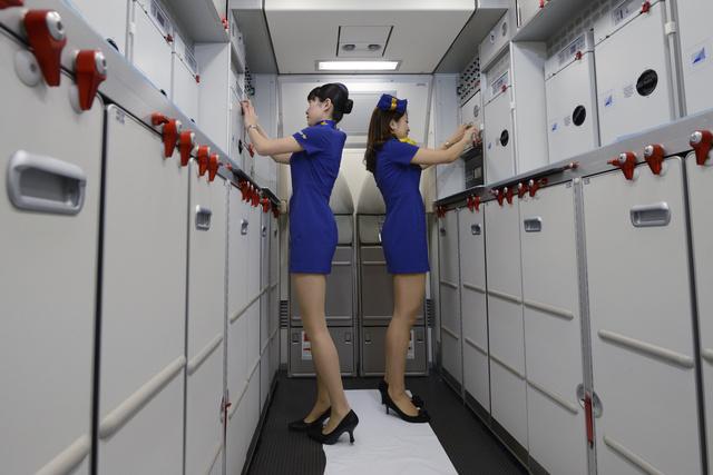 A stewardessek a szakszervezet honlapján írják, hogy az utasok gyakran megbámulják őket