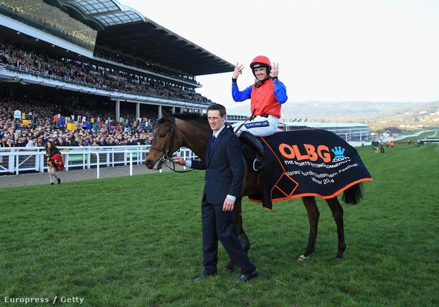 Ön is unja már, hogy a lovakról sose esik szó? Ruby Walsh zsoké Quevega nyergében ünnepli, hogy a ló sorban hatszor nyert az Olbg Mares' Hurdle Race-en a Cheltenham-i verseny Festival Champion napján, március 11-én.